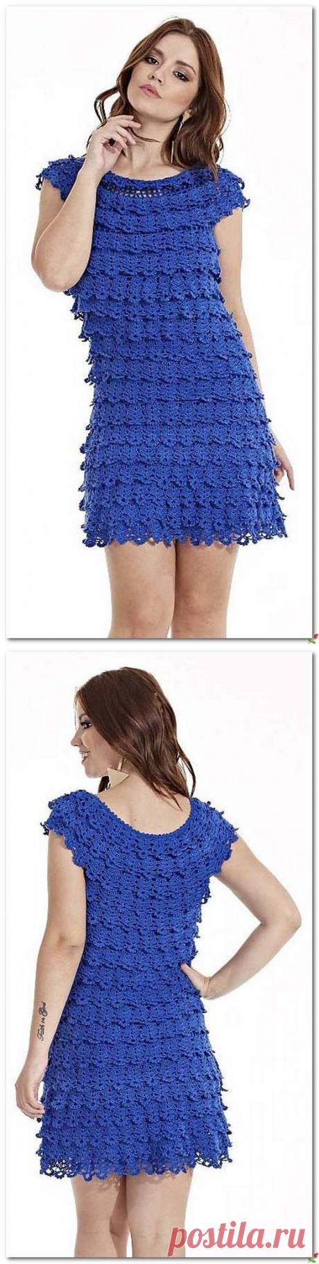 Короткое синее платье с узором на сеточке.