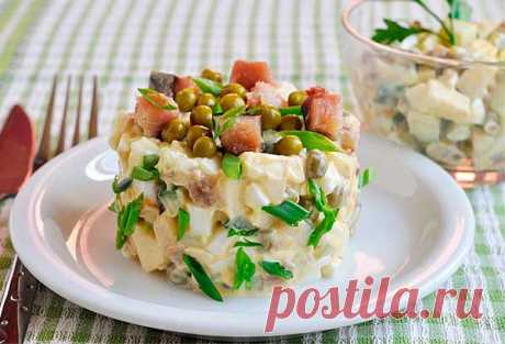 Салат с копченой рыбой, яблоками, яйцами и горошком