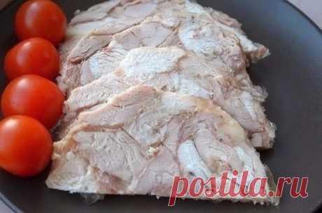 Колбасы и магазинные ветчины прочь, готовим сами вкуснейшую ветчину из курочки! Пальчики оближешь! ВЕТЧИНА ИЗ КУРИЦЫ ДЛЯ ПП-БУТЕРБРОДОВ  Ингредиенты:  - До 1 кг курица  - 1 пакетик желатина  - Чеснок по вкусу  - Соль, перец по вкусу  Приготовление:  1. Берем курочку или окорочка. Удаляем все косточки с кожей (а можно и оставить, это на любителя), режем на средние кусочки и все складываем в чашку.  2. Сюда добавляем чеснок через давилку, соль, перец по вкусу. Можно
