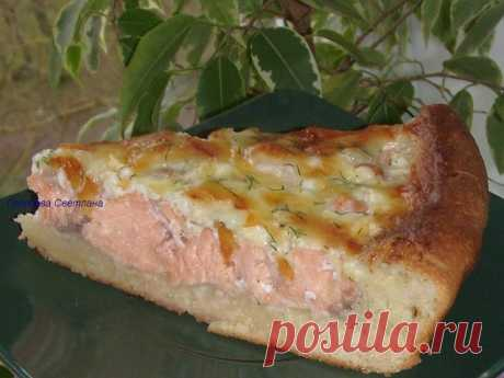 Открытый пирог с рыбой  Тесто: 150 мл. тёплого молока, 50 гр. растопл. сливочного масла, 3 ч.л. сах.песка, 1 ч.л. соли, 3 стол.л. сметаны, 15 гр. сырых(или 2 ч.л. сухих)дрожжей. 2.5 стакана муки(если мало,можно добавить). 1.Молоко слегка подогреть+масло+соль,сах.песок+сметана,перемешать+мука с дрожжами(если сухие).Замесить тесто,скатать в шарик,накрыть полотенцем и забыть на 1час. Рыб. филе(рыбу можно использовать любую)-300 гр. Лук репч-2 шт.(нарезать,обжарить). 2.Рыбку н...