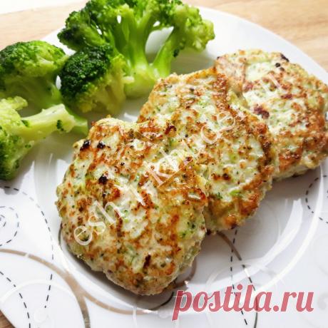 Вкусные котлеты с курицей и брокколи в духовке идеально подойдут для правильного питания. Курица – ценный источник белка, который необходим для сжигания жировых отложений, а брокколи – по праву считается королевой всех капуст! В ней содержится огромное количество витаминов, макро- и микронутриентов и в большом количестве клетчатка, которая естественным образом бережно очищает наш кишечник от шлаков и токсинов. Котлеты с курицей и брокколи, приготовленные в духовке, можно в...
