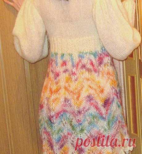 Воздушное платье спицами из кидмохера и длинноворсного мохера секционного крашения