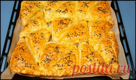 Быстрые и вкусные мини-пирожки из слоеного теста и крабовых палочек