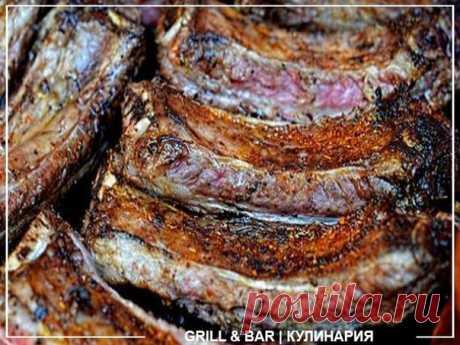 Свиные рёбрышки в маринаде из соевого соуса, имбиря и горчицы  Ингредиенты 1 средний корень свежего имбиря; 1 крупная луковица; 2 столовые ложки приправы для шашлыка; 150 мл соевого соуса; 2 столовые ложки горчицы; соль — по вкусу; молотый чёрный перец — по вкусу; 1 кг свиных рёбрышек. Приготовление Ножом измельчите имбирь и нарежьте лук кольцами. Смешайте эти ингредиенты с приправой для шашлыка, соевым соусом, горчицей, солью и перцем. Замаринуйте рёбрышки в этой смеси на...