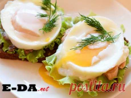 Бутерброд с яйцом-пашот и печенью трески. Ингредиенты Яйцо куриное2 шт. Салат2 лист. Печень трески1/2 бан. Укроп2 вет. Хлеб ржаной30 г.