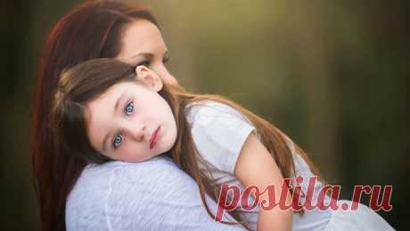 Самое ужасное, что могут сделать родители для своей дочери — воспитать её «хорошей девочкой». Я не говорю сейчас порядочной, умной или ответственной. Я говорю — хорошей. «Хорошесть» — это привычка ориентироваться на чужие оценки, боязнь обидеть любую сволочь, стремление разглядеть лучшее в каждой какашечке. Быть хорошей — читай, удобной — это тяжелый груз, от которого многие не могут избавиться всю жизнь...