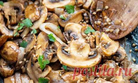 Налегаем на грибы и делаем целое меню: от супа до выпечки - Steak Lovers - медиаплатформа МирТесен Стоит достать грибы из холодильника, как на их основе можно приготовить целое меню разной еды. Супы, салаты, второе, выпечку и даже соусы – стоит в них добавить немного грибов, как получается совсем новые вкусы, которые мигом оценивают все домашние.  Грибное рагу Ингредиенты на 4 порции: 2