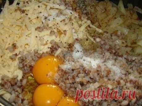 Котлеты гречневые  Ингредиенты:  Гречка вареная-1 ст яйцо-2-3 шт Сыр-100 гр Лук-1 шт Масло сливочное-50 гр Соль,перец  Приготовление:  Лук пожарить на сливочном масле. Сыр потереть на терке. Смешать вареную гречку,лук,сыр. Вбить яйца, посолить, поперчить.  Из фарша сформировать котлеты,обвалять их в муке( делайте это аккуратно, иначе котлеты могут развалиться) и жарить с обеих сторон до золотистой корочки.  Вкусные они и в горячем, и холодном виде   Всё, что тебя интересуе...