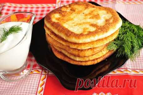 """Лепешки с сыром  Очень рекомендую всем, мои в них просто влюбились!!! Они вкусные и в горячем и в холодном виде.  Ингредиенты:  Тесто: -кефир - 1 ст. -соль - 0,5 ч.л. -сахар - 0,5 ч.л. -сода - 0,5 ч.л. -сыр твердый тертый - 1 ст. -мука - 2 ст. -растительное масло для жарки лепешек  начинка: -ветчина (колбаса) - 1 ст. (натертой на крупной терке) (у меня был внутри сыр """"Сулугуни"""")  Приготовление:  1. Делаем тесто: кефир+ соль+сахар+сода = тщательно перемешиваем. Далее добавл..."""