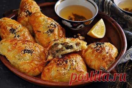 САМСА НА КЕФИРНОМ ТЕСТЕ С КУРИНЫМ МЯСОМ И КАРТОШКОЙ Для теста:  2 яйца;  1 стакан кефира (250 мл);  1 чайная ложка соли;  3 столовые ложки подсолнечного масла;  щепотка соды;  щепотка лимонной кислоты;  3,5—4 стакана муки;  яйцо для смазывания верха самсы.  Для начинки:  300 грамм куриного фарша;  2 картофелины;  3 луковицы;  соль;  чёрный перец;  0,5 чайной ложки сухой приправы для птицы.  В глубокую тарелку разбейте яйца и положите соль. Взбейте смесь вилкой.  Добавьте к...