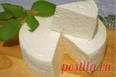 """Домашний сыр """"А-ля моцарелла""""Надо взять:- молоко - 1 л соль крупная - 1 ст.л- сметана - 200 мл- яйца - 3 шт. Молоко налить в кастрюлю, добавить соль, поставить на огонь и довести до кипения. В сметану вбить яйца, хорошо перемешать до однородной массы и тонкой струйкой влить в кипящее молоко, варить помешивая 3-4 минуты. Когда появятся крупные хлопья снять с огня и процедить через марлю. Отжать, плотно"""