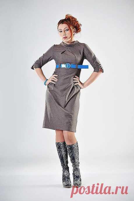 платье Артикул: 002-пл100 состав: шерсть 75% вискоза 22% эластан 3% р-р   44  3200    платье из мягчайшей  европейской шерстяной ткани серо-коричневого цвета с тонкой синей клеточкой. отрезное под грудь, шлевки для пояса, воротник с отворотом , складки на груди, рукава 3\4  и спинка - с множеством пуговиц на воздушных петлях. Очень стильное и красивое