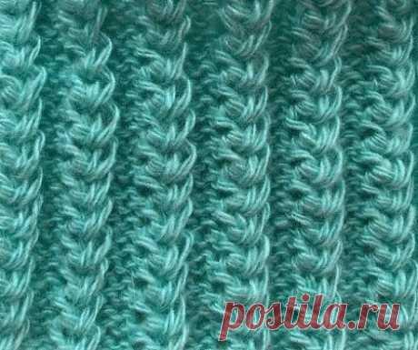 Американская Резинка - узор спицами. Узор спицами американская резинка имеет красивый рельефный рисунок, вязка получается эластичной как резинка, поэтому отлично подходит для вязания манжет рукавов, носков и шапок и снудов, смотрится объёмно. Техника вязания американской резинки довольно простая, вы легко научитесь вязать этот узор Раппорт узора состоит из 2 рядов. Набираем количество петель кратное 5 + 2 кромочные петли 1 ряд- (изн. сторона) кром. *3изн., 2 лиц.*кром. 2 ряд- (лиц. сторона)