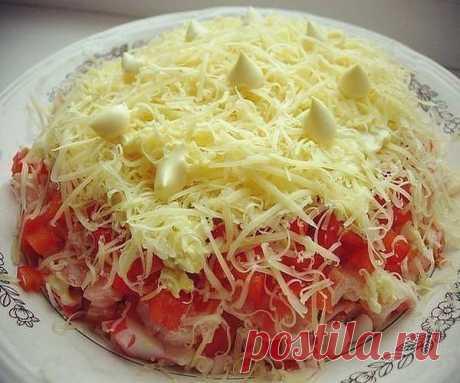 """Салат """"Песцовая шубка"""" - нежно, вкусно, просто!  Потребуется: крабовые палочки 200 грамм,  2 помидора,  1 салатный перец,  100 грамм сыра,  2 яйца.   ПРИГОТОВЛЕНИЕ:  Сыр и яйца натереть на мелкой терке, остальное нарезать кубиками. Все слои слегка промазать майонезом. Сверху украсить тёртым сыром и майонезом. Приятного аппетита!"""