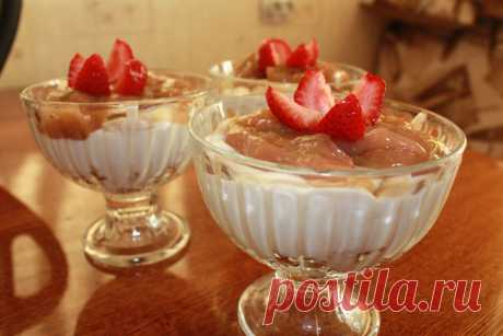 Cottage cheese dessert with rhubarb sauce! For 4 desserts:\u000d\u000a300-400 gr. cottage cheese\u000d\u000a200-250 gr. cream (at me were vegetable)\u000d\u000a100 gr. condensed milk or icing sugar\u000d\u000a400 gr. rhubarb\u000d\u000a50 gr. sugar \u000d\u000a1 pack of vanilla sugar\u000d\u000a1 tablespoons of starch (it is possible to make a fruit layer and with gelatin, then to take 2 plates of gelatin)\u000d\u000a200 gr. shortcake (I had amarettin).
