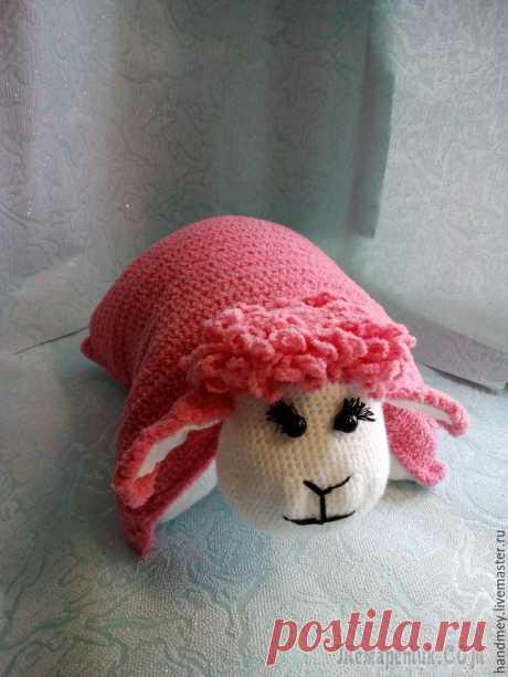 Вяжем подушку-игрушку Овечка Со слов автора. Предлагаю вам мастер-класс по вязанию крючком подушки-игрушки «Овечка». Подушка-игрушка будет отличным другом для малыша, а также хорошо смотреться в интерьере детской. В зависимости о...
