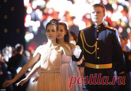 В Гостином Дворе в Москве прошел Международный Кремлевский кадетский бал, в котором поучаствовали более тысячи детей со всей России. И это поистине роскошное и торжественное зрелище