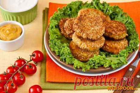 Фалафель | Рецепт котлет из нута с фото. Фалафель очень популярен на Ближнем Востоке, как фаст-фуд: в тонкий хлеб укладывают несколько котлет из нута, огурцы, помидоры, хумус (паста из растёртого нута), чипсы и щедро заливают тхиной (или тахини — соусом из семян кунжута).  В Израиле он продается повсюду: на углах улиц, в магазинах, переносных лотках, киосках.