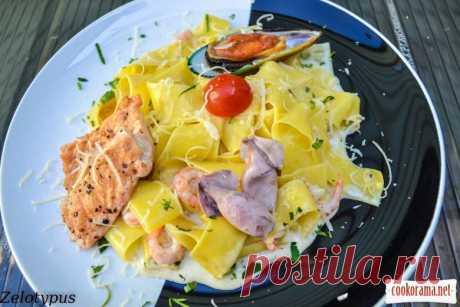 Паста, в сливочном соусе, с лососем, мини кальмарами, креветками и мидией / Макароны, паста / Кукорама — вкусные рецепты!