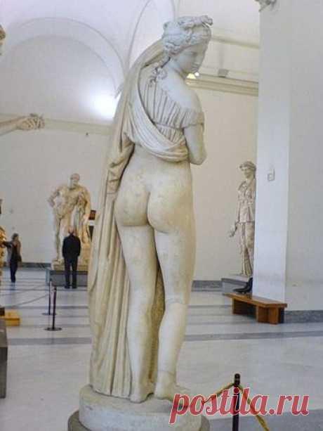Венера Каллипига. Около 2-го века н.э. Автор неизвестен Статуя входила в собрание герцогов Фарнезе и была передана в Национальный археологический музей Неаполя, где хранится и в настоящее время.