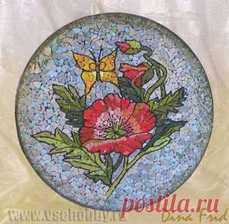 Mosaico de la cáscara del huevo con sus manos