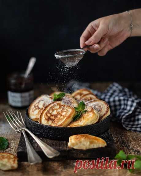 Пышные оладьи на кефире Ингредиенты: Кефир 3,2% — 500 млЯйца — 2 шт.Сахар — 2 ст. л. или по вкусу Соль — 0,5 ч. л. Мука — 450–500 гСода — ч. л. Разрыхлитель — 0,5 ч. л.Масло растительное — 3 ст. л.Масло растительное — для...