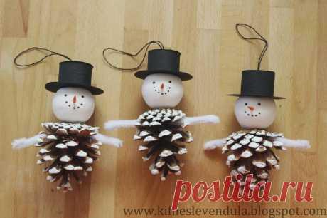 Круассан и лаванды: снеговики из сосновых шишек от
