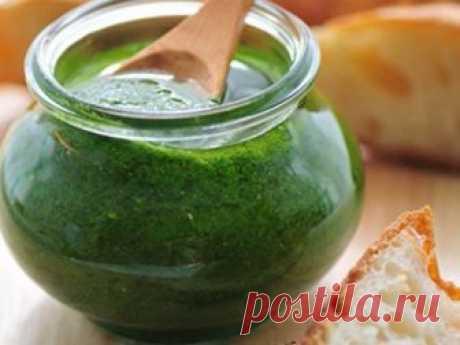 Изумрудное масло Хочу поделиться своим любимым и проверенным рецептом сохранения аромата и цвета свежей зелени. Это ооочень удобно, в рецепте нет соли и замораживать ничего не нужно. В общем, открываем баночку, а там...