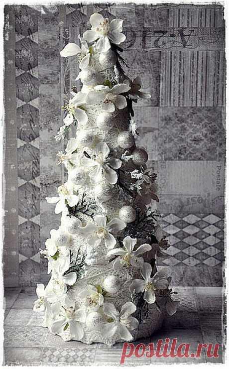 Очаровательная, очень красивая, нежная новогодняя ёлочка. Хотите попробовать смастерить такую же? Следуйте фото-инструкции.