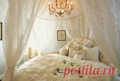Спальня для молодых. Как создать романтическое настроение?  Спальня начинается с кровати. Выбирая и устанавливая ее, в первую очередь, следует ориентироваться на ощущение защищенности.