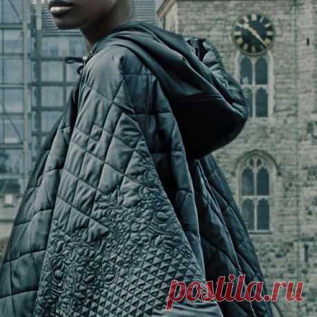 Одним из трендов нового сезона стали кейпы.  Эта верхняя одежда с прорезями для рук создана для тех, кто предпочитает утонченный и элегантный стиль. Своей популярностью кейпы обязаны английским аристократам, которые выбирали их для прогулок по Лондону и Йоркширу.  Итальянский бренд HIGH включил в коллекцию сезона FW19-20 модель Twister  из водонепроницаемой стеганой ткани.  Цветочный мотив придаёт образу женственность, а благодаря объёмному капюшону можно не бояться ветра ...