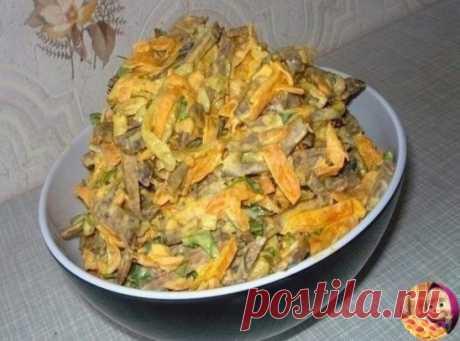 ПЕЧЁНОЧНЫЙ САЛАТ ИНГРЕДИЕНТЫ:  0,5 кг говяжьей или телячьей печени  2 морковки  2 луковицы  3 средние соленые огурцы (200 г)  1 банка консервированного зеленого горошка  соль, перец, майонез по вкусу. ПРИГОТОВЛЕНИЕ: Печень отварить в подсоленной воде, охладить и натереть на крупной терке.Лук порезать четверть кольцами, поджарить на растительном масле до прозрачности, добавить потертую на крупной терке морковь и потушить пока морковь не станет мягче. Снять с огня, охладить. Огурцы пореза