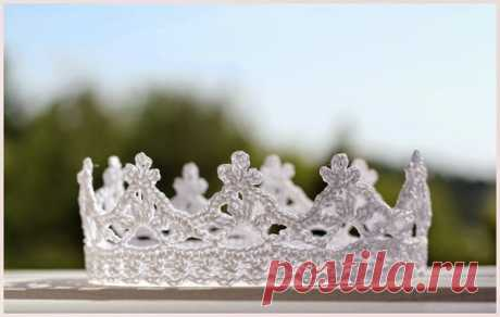 Корона крючком для вашей принцессы будет оригинальным украшением для девочки и уж точно затмит всех у новогодней елочки. Такая корона подойдет для костюма снежинки, которая будет уж точно настоящей снежной принцессой!