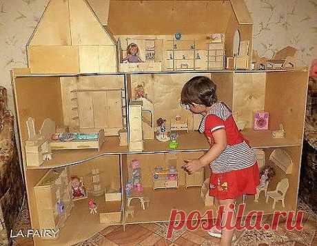 Папа сделал для дочки большой кукольный домик!