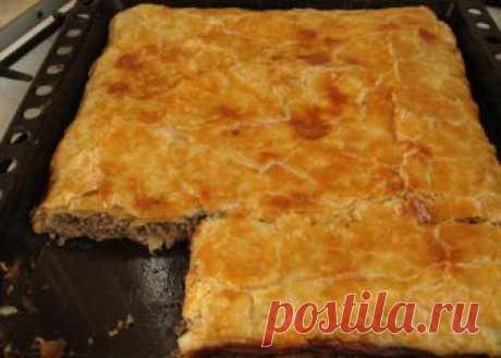 Побалуйте своих родных мясным пирогом из слоеного теста - У нас так Пирог мясной из слоеного теста. слоеное тесто -1 кг 2 луковицы 200 г твердого сыра фарш смешанный 0.5 кг 1 вареное яйцо зелень. соль, любимые приправы. Пока размораживается...