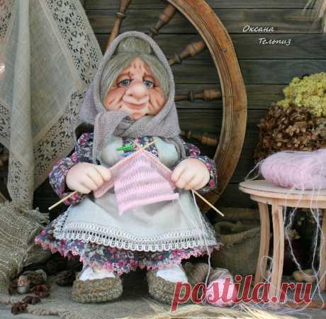 Бабуля при доме! Интерьерная, сувенирная кукла (не игровая) высотой в положении сидя - 42 см. Волосы - льняное волокно. Туловище набито хвойными опилочками. Скульптурирование - капрон, синтепон. Руки армированы проволокой. Можно согнуть, поменять положение. Одежда куклы сшита из плательной х/б ткани, 100% льна, льняных и х/б кружев. Лапти связаны из льняного шпагата. Шерстяной платок. Легкая тонировка с эффектом состаривания. С любовью и теплотой ручной работы, ваша Оксана!