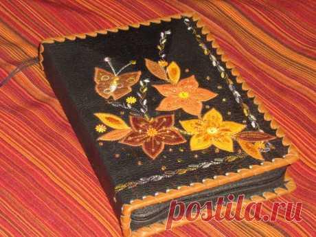 Обложка для книг из натуральной кожи, декор декоративная строчка, аппликация, бисер, пайетки.