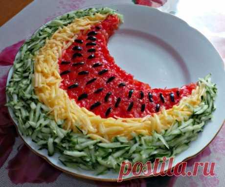 Салат арбузная долька — 7 рецептов Если у вас возникают сомнения, какую закуску приготовить для праздничного стола, обратите свое внимание на салат арбузная долька. Своим внешним видом он похож на яркий, сочный кусочек арбуза, а его