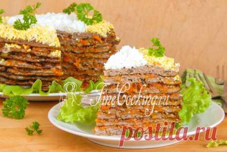 Печеночный торт из куриной печени Печеночный торт можно назвать простым и вкусным блюдом, которое подойдет как для семейного обеда, так и праздничного застолья.