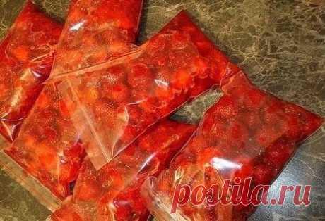 КАК ЗАМОРОЗИТЬ ПОМИДОРЫ НА ЗИМУ  В сезон овощей, ягод и фруктов мы стараемся приготовить, как можно больше полезных блюд, сделать всевозможные заготовки, а если позволяет место в холодильнике, то еще и заморозить.  Как заморозить крупные помидоры Крупные овощи с плотной мясистой мякотью нарезать дольками.  Разложить на разделочной доске, только сначало ее надо накрыть пленкой и после поставить в морозильную камеру. Солить, перчить не нужно.  Позже пересыпать замерзшие тома...