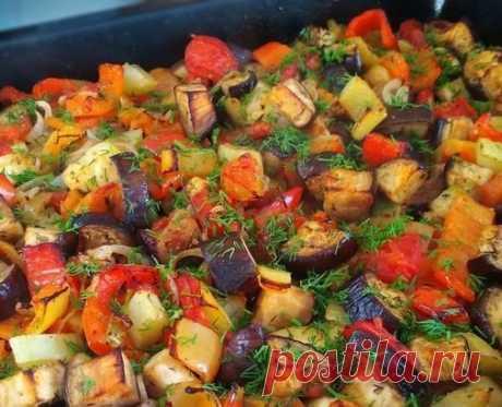 Фантастические запечённые овощи в чесночном маринаде, ммм... объедение!  Запеченные овощи всегда пользуются успехом, так как получаются фантастически вкусными. Но секрет этого рецепта - в маринаде! С ним яркое, аппетитное, красивое блюдо получается еще и необыкновенно ароматным! Равнодушных не останется!))  Ингредиенты: Перец болгарский (можно разного цвета - для красоты) - 4 шт. Кабачок - 1 шт. Баклажаны - 3 шт. Лук репчатый - 2 шт. Помидоры - 2 шт. Перец острый стручковы...