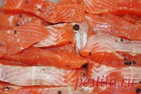 Вкусный способ засолки красной рыбы. =Красная рыба  — 1 кг (горбуша, кета, форель, семга) Сахар – 1 ст.ложка. Соль – 2 ст.ложки. Перец  горошек душистый по вкусу.