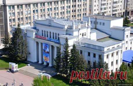 La CASA DE LENIN. Novosibirsk, el prospecto Rojo, 32\u000d\u000a\u000d\u000aLa idea de la inmortalización de la memoria de V.I.Lenin era realizada en la construcción «de la Casa de Lenin» en concordancia con la decisión aceptada por el pleno Novonikolaevsky gubkoma RKP () el 10 de febrero de 1924. En marzo, y luego en julio-agosto las provincias que trabajan despedían el salario de un día en el Fondo de Iliich. Para la construcción era asignada la parte en la parte central de Novosibirsk sobre un antiguo Recinto ferial. El 10 de mayo de 1924 era puesta la primera piedra en la razón