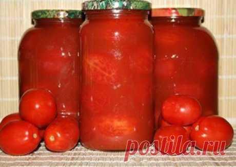 Помидоры очищенные в собственном соку  Ингредиенты:  3 кг зрелых мелкоплодных помидоров,  2 кг крупных зрелых помидоров,  50 г сахара,  80 г соли.  Приготовление:  1. Спелые, но неповрежденные помидоры нарезать и пропустить через соковыжималку.  2. Сок слить в эмалированную посуду, посолить (на 1 л жидкости – 1 столовая ложка соли) и довести до кипения.  3. Мелкие мясистые помидоры опустить в дуршлаге на 1-2 минуту в кипящую воду, быстро вынуть и погрузить в холодную воду.  4. Охлажденные помидо