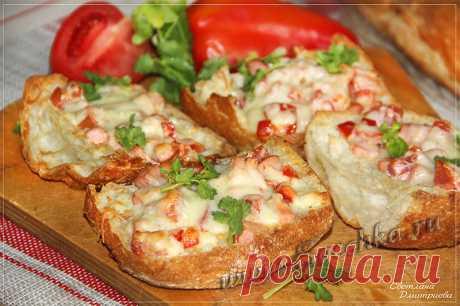 Горячие бутерброды в духовке - рецепт с фото Хрустящие горячие бутерброды с сочной начинкой и тянущимся сыром приготовлены в духовке.