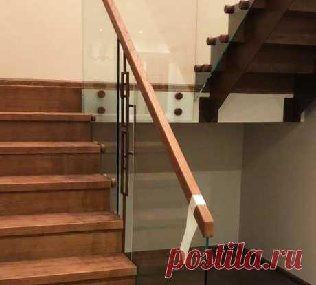 Лестница облицованная камнем со стеклянными перилами
