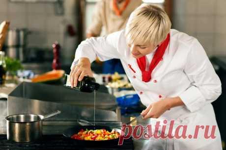 13 кулинарных хитростей , которые стоит взять на вооружение - Мясо получается очень мягким и нежным, если перед жаркой натереть его содой и оставить на 1,5–2 часа в холодильнике. Затем промойте и готовьте как обычно. Если солить рыбу за 15 минут до начала готовки, то во время жарки она не будет разваливаться. Кусочек лимона с корочкой на сковороде придаст мясу особенный пикантный вкус. Попробуйте!Золотистой корочки можно добиться на мясе и овощах, если добавить в сковороду 1 ч.л. сахарной пудр