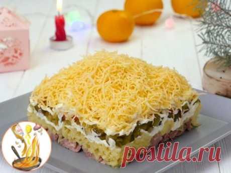 Как приготовить салат «Египетская пирамида»  Ингредиенты: Печень трески 250 г Картофель 2 шт. Огурцы соленые 3 шт. Яблоко2 шт. Яйцо 2 шт. Твердый сыр 100 г Черный перец (молотый) по вкусу