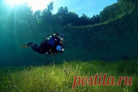 Кристально чистое озеро Самерангер в Тироле, Австрия. Фото была сделана на глубине 3-м.