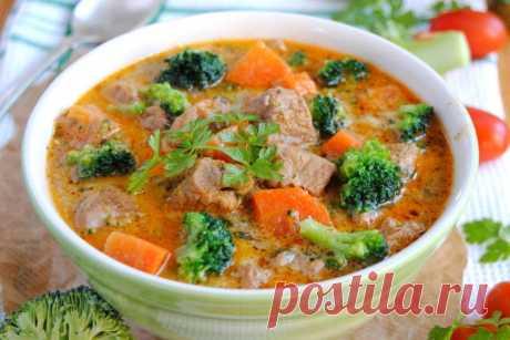 Тушеная телятина с брокколи и морковью.   Питательное ароматное блюдо из телятины, брокколи, моркови с добавлением сливок и петрушки. Такое тушеное блюдо можно подавать без гарнира.